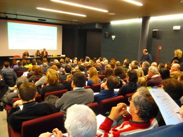 Panoramica dall'alto della sala durante il seminario CUP.  ©Liberti